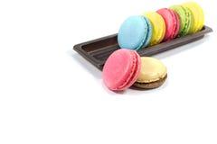 Bunte Franzosen Macarons auf dem weißen Hintergrund Lizenzfreie Stockfotos