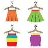 Bunte Frauen-Röcke mit Aufhängern Stockbilder