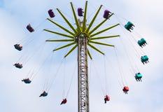 Bunte Freizeitparkanziehungskraft mit farbigen Sitzen stockfotos