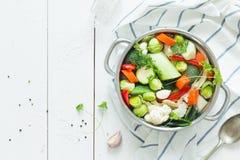 Bunte frische klare Frühlingssuppe - vegetarischer Vorrat stockfotos