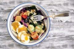Bunte frische Salate in der Schüssel mit hölzerner Korntischdecke Lizenzfreie Stockfotografie