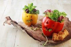 Bunte frische Salate des Halloween-grünen Pfeffers Stockbild