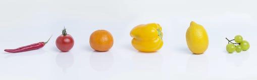 Bunte Frucht auf weißem Hintergrund und harmonischen Farben stockfoto