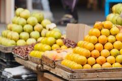 Bunte Fruchtställe vereinbart in der Pyramide am Markt in Batumi, Agaria, Georgia stockbilder