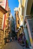 Bunte Gebäude auf schmalen Straßen von altem Istanbul viertelt Lizenzfreie Stockfotos
