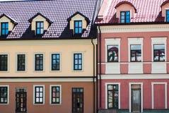 Bunte Gebäude mit vielen Fenstern gelegen auf weniger Straße in Ukraine stockfotos