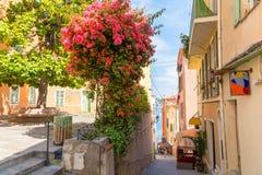 Bunte Gebäude in Nizza auf französischem Riviera, Taubenschlag d ` azur, Süd-Frankreich stockfotos