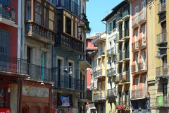Bunte Gebäude und Balkone entlang den Straßen von Pamplona, stockfoto