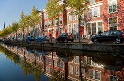 Bunte Gebäude von Delft und von ihrer Reflexion im Kanal Stockfotografie