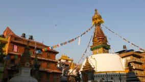 Bunte Gebetsflaggen, die im Wind über Stupa-Tempel, heiliger Pagode, Symbol von Nepal und Kathmandu mit Buddha wawing sind stock video footage