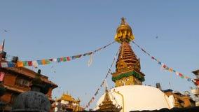Bunte Gebetsflaggen, die im Wind über Stupa-Tempel, heiliger Pagode, Symbol von Nepal und Kathmandu mit Buddha wawing sind stock footage