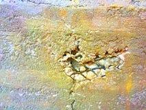 Bunte gebrochene Zement-Wand mit Draht Mesh Inside stockbilder