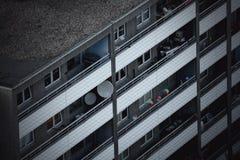 Bunte Gegenstände in einer graubraunen Fassade lizenzfreies stockfoto