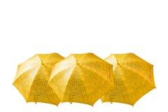 Bunte gelbe Regenschirme lokalisiert auf weißem Hintergrund Lizenzfreie Stockfotografie