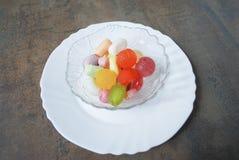 Bunte Geleesüßigkeiten in der Schüssel Stockfotos