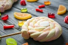 Bunte Geleesüßigkeiten und -eibische lizenzfreie stockfotos