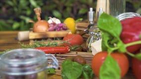 Bunte Gemüsezusammensetzung auf Holztisch Frischgemüse für das Kochen gesund und Diätnahrung delisious stock video footage