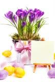 Bunte gemalte Ostereier und Frühlingsblumen stockbild