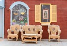 Bunte gemalte Wand und Sitzplätze Stockbilder