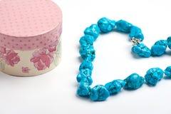 Bunte Geschenkbox mit Halskette auf weißem Hintergrund Stockfotos