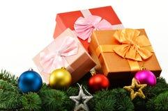 Bunte Geschenkboxen und Papiertüten auf Weiß Lizenzfreies Stockfoto