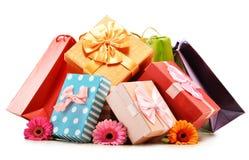 Bunte Geschenkboxen und Taschen lokalisiert auf Weiß Lizenzfreies Stockfoto