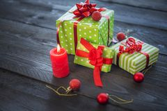 Bunte Geschenke und Weihnachtsverzierungen Stockbilder