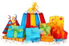 Bunte Geschenkkästen und Partyhüte Lizenzfreies Stockfoto