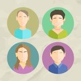 Bunte Gesichts-Kreis-Ikonen eingestellt in modische flache Art Stockbilder
