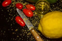 Bunte, gesunde Nahrungsmittel organische Olive Oil, Plum Tomatoes, Frucht, Zitrone, Avocado, lizenzfreies stockfoto