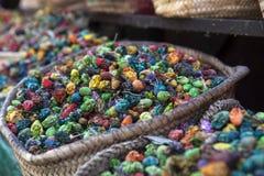 Bunte Gewürze und Blumen in einem Markt kaufen in Marrakesch - Mittel-Marokko stockbilder