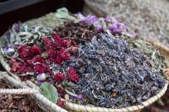 Bunte Gewürze und Blumen in einem Markt kaufen in Marrakesch - Mittel-Marokko lizenzfreies stockbild