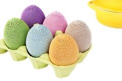 Bunte gewirkte Eier in einem Kasten Lizenzfreies Stockfoto