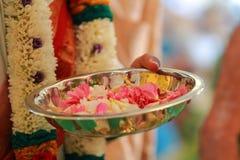 Bunte Girlande der indischen traditionellen Kultur von den frischen Blumen mit indischen Hochzeitssüdritualen stockfoto