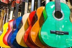Bunte Gitarren auf dem großartigen Basar Istanbuls Stockfotos