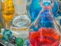 Bunte glänzende Fantasie stellt die Laborglas- und farbigen Flüssigkeiten her Lizenzfreie Stockfotos