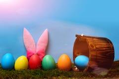 Bunte glückliche handgemachte Eier Ostern mit Eimer und den Hasenohren Lizenzfreies Stockfoto