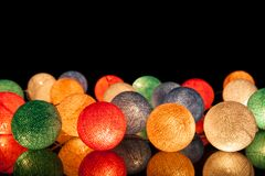 Bunte glühende Bälle auf einem schwarzen Hintergrund Glühende Girlande nachts Bunte Kreise auf dem Hintergrund Lizenzfreie Stockbilder