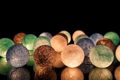 Bunte glühende Bälle auf einem schwarzen Hintergrund Glühende Girlande nachts Bunte Kreise auf dem Hintergrund Lizenzfreie Stockfotos