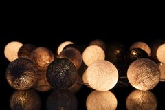 Bunte glühende Bälle auf einem schwarzen Hintergrund Glühende Girlande nachts Bunte Kreise auf dem Hintergrund Stockbild