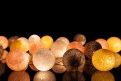 Bunte glühende Bälle auf einem schwarzen Hintergrund Glühende Girlande nachts Bunte Kreise auf dem Hintergrund Stockfoto