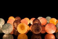 Bunte glühende Bälle auf einem schwarzen Hintergrund Glühende Girlande nachts Bunte Kreise auf dem Hintergrund Stockfotografie
