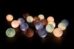 Bunte glühende Bälle auf einem schwarzen Hintergrund Glühende Girlande nachts Bunte Kreise auf dem Hintergrund Lizenzfreies Stockfoto