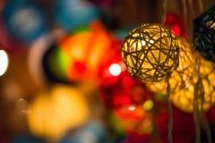 Bunte glühende Weihnachtslichter Stockfoto