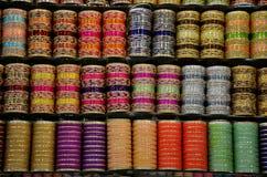 Bunte Glas- und Metallarmbänder auf Anzeige am Geschäftsregal Clifton Karachi Pakistan stockbilder