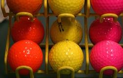 Bunte Golfbälle. Stockbild