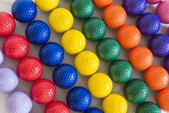 Bunte Golfbälle Lizenzfreie Stockfotos