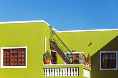 Bunte grüne Fassade des alten Hauses in Bereich BO Kaap, Cape Town stockfotografie