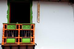 Bunte grüne und rote Hausfassade mit Balkon herein Lizenzfreie Stockfotos