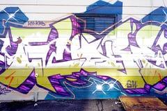 Bunte Graffiti auf einer Backsteinmauer Lizenzfreie Stockfotos